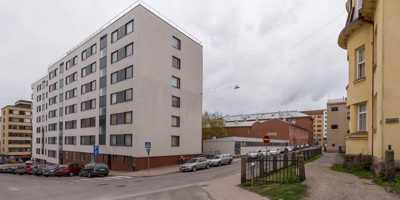 Yliopistonkatu 5 tontti Multavierunkadun ja Nahkurinkadun kulmasta nähtynä.