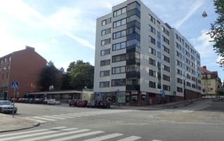 Yliopistonkatu 5 tontti Yliopistonkadun ja Multavierunkadun kulmasta nähtynä.
