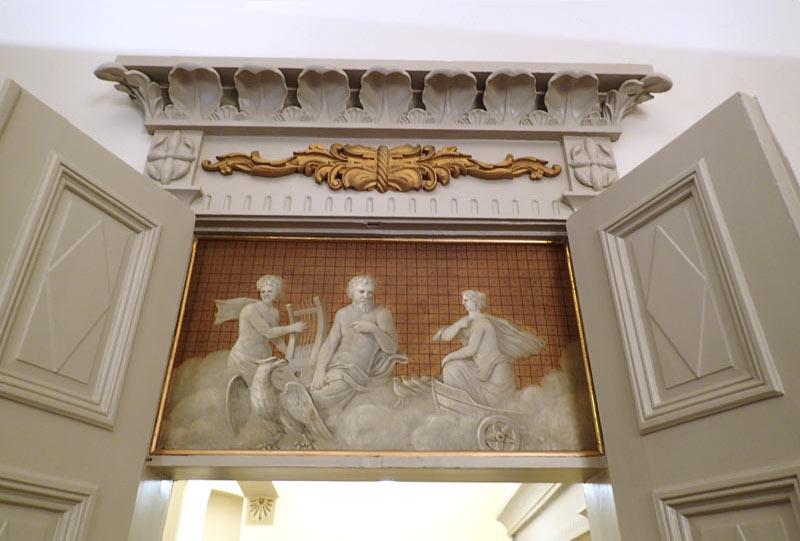 Runebergin sali, oviaukon yläpuolella oleva maalaus antiikin jumalista.