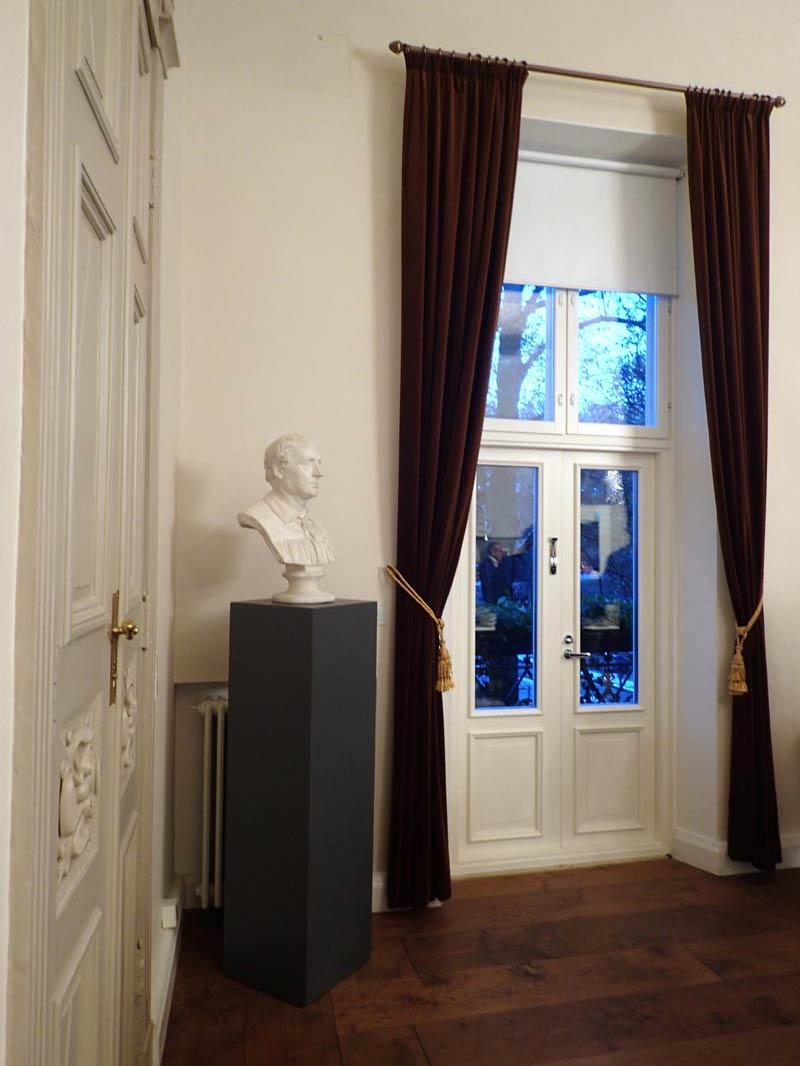 Runebergin sali, parvekkeen oviaukko
