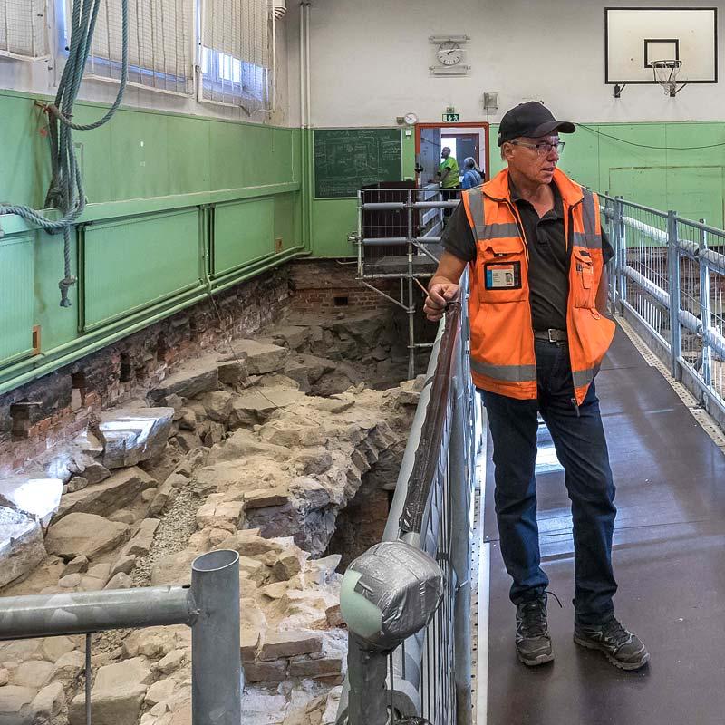 Kari Uotila Muuritutkimuksesta Katedralskolanin kaivauksilla 2018