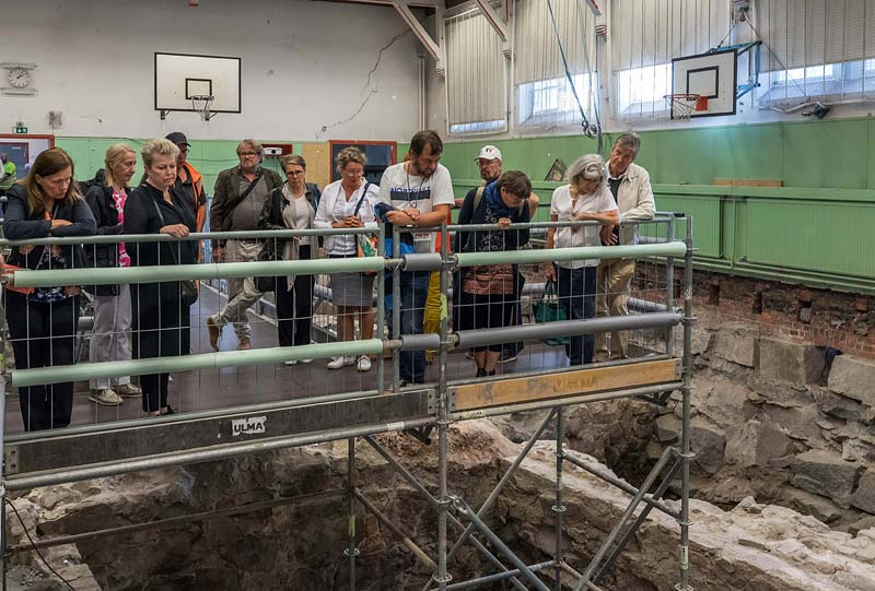 Yleisöä tutustumassa Katedralskolanin kaivauksiin 2018