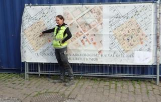 Maija Helamaa esittelee arkeologisia kaivauksia Turun torilla